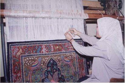 سيدات أشمون مصر يبدعن في صناعة السجاد اليدوي