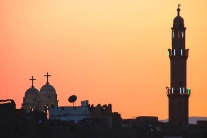 مسلمة ومسيحي يحاربان التطرف بالتعايش السلمي
