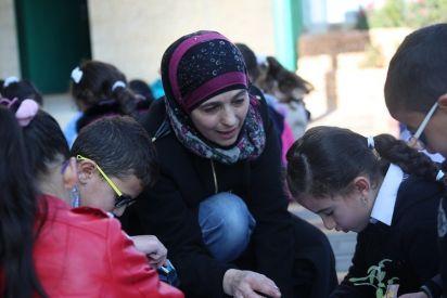 حنان الحروب.. معالجة أطفالها بالتعليم أوصلها لجائزة عالمية