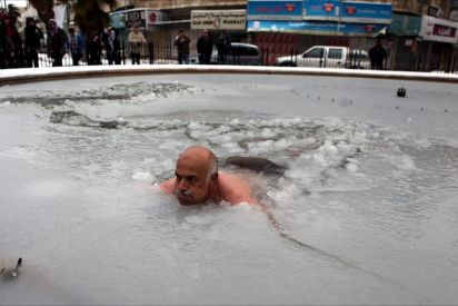 فلسطيني يسبح بجليد