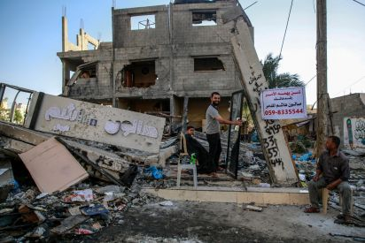 حلاق فلسطيني يمارس مهنته فوق الانقاض